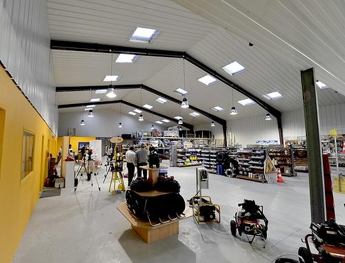 Tony-Mat boutique, grues levage engins chantier manutention, matériel btp, vue intérieure, 37 avenue Gontran Bienvenu, ZA du Prat, 56000 Vannes, Morbihan, Bretagne.