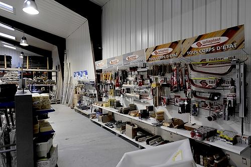 Tony-Mat boutique,deuxième vue intérieure, matériel btp Bretagne, grues de levage, chariots élévateurs, chargeurs, mini-pelles, engins de chantiers et machines pour les travaux publics et le bâtiment en Bretagne, Morbihan, 56000 Vannes