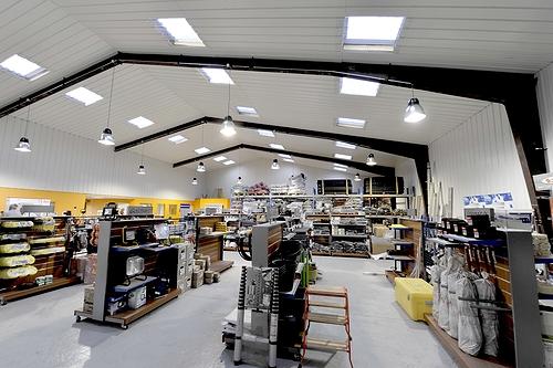 Tony-Mat Boutique, vente matériel pour le btp, autre vue intérieure du magasin, 37 avenue Gontran Bienvenu, ZA du Prat, 56000 Vannes.