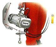 Facilité d'usage du treuil élévateur RIO 100 de IMER d'une capacité de levage de 100 kg maximum.